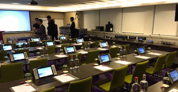 Conference Rental ajoute des microphones avec écran vidéo à son stock de matériel de location